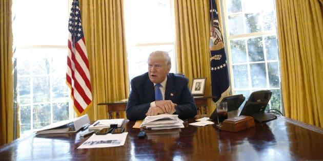 Donald Trump a un petit bouton rouge caché sous son bureau pour ses moments de faiblesse.