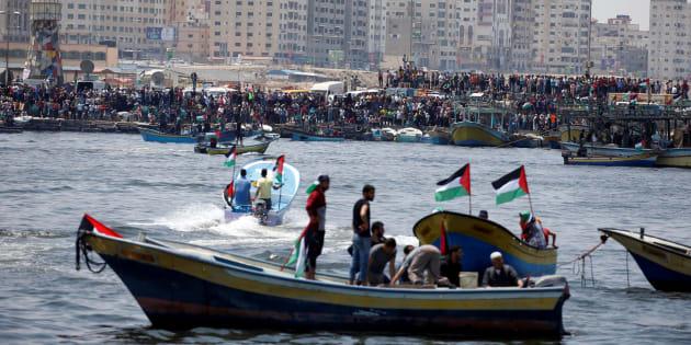 Ciudadanos de Gaza asisten a la salida al mar de la flotilla que buscaba, esta mañana, romper el cerco de Israel.