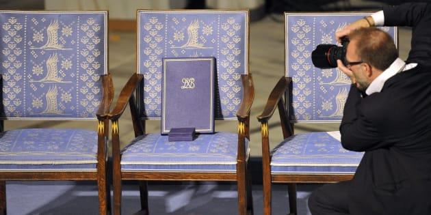 Un photographe immortalise la chaise vide du Prix Nobel de la paix Liu Xiaobo, lors de la cérémonie officielle à Oslo le 10 décembre 2010.