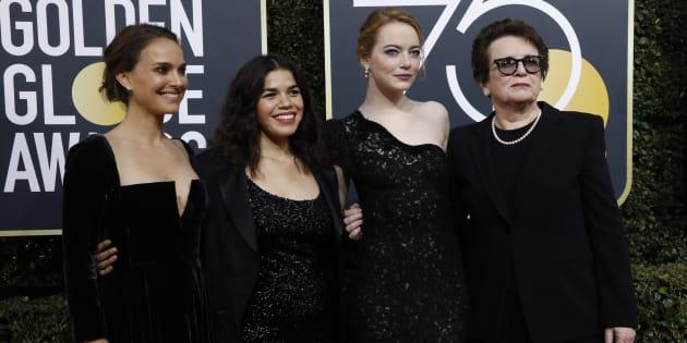 黒いドレス姿の女優ら。左からナタリー・ポートマン、アメリカ・フェレーラ、エマ・ストーン、元テニス選手のビリー・ジーン・キング=1月7日、アメリカ・カリフォルニア州