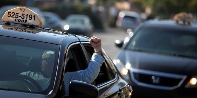 Des chauffeurs de taxi manifestent contre Uber à Montréal, le 5 octobre 2016. REUTERS/Christinne Muschi