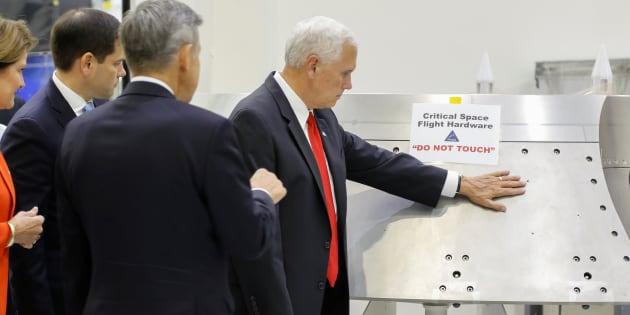 Mike Pence, le vice-président américain s'amuse de sa gaffe à la Nasa