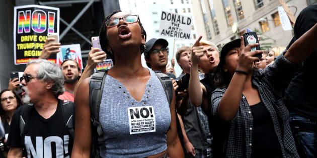 Un grupo de manifestantes gritan lemas antirracistas durante una protesta ante la Torre Trump de Nueva York, el pasado 14 de agosto.