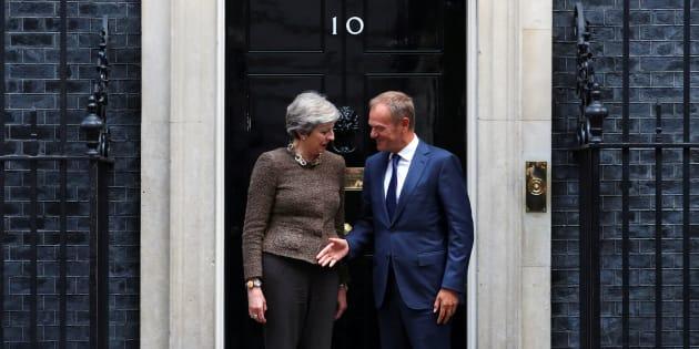 La primera ministra de Reino Unido, Theresa May, y el presidente del Consejo de Europa, Donald Tusk, posan para la prensa ante el 10 de Downing Street, en Londres.