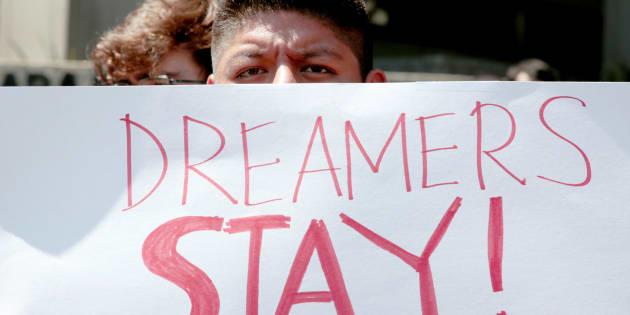"""Álex Hernandez, un activista en favor de la ayuda a los menores migrantes, sostiene un cartel que dice: """"Los soñadores se quedan"""", durante una protesta en Los Ángeles, el pasado 5 de septiembre."""