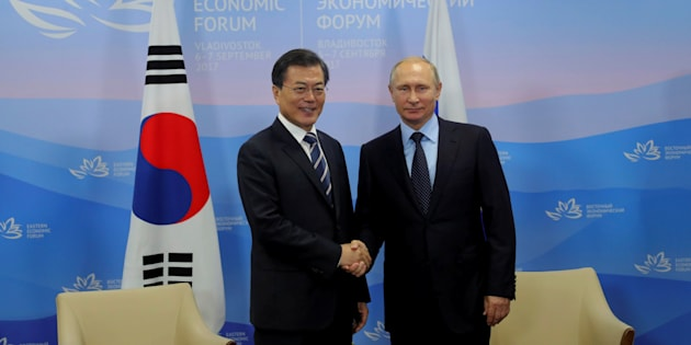 El presidente ruso, Vladimir Putin, y su homólogo surcoreano, Moon Jae-in, se saludan en el Foro Económico de Oriente de Vladivostok, esta mañana.