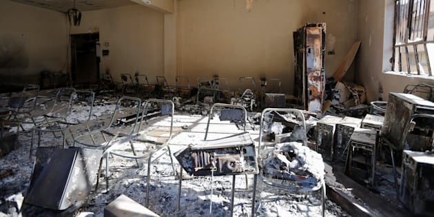 Chaises calcinées dans l'une des salles de l'université de Mossoul, reprise à Daech le 14 janvier.