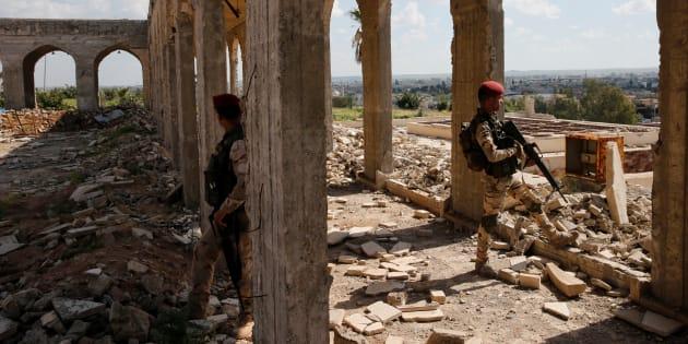 Des membres des forces de sécurité irakiennes non loin de Mossoul.