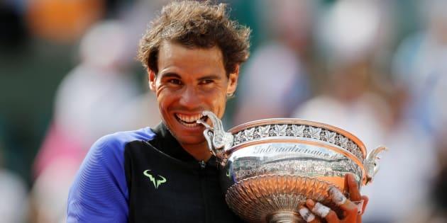 Tennis - Open de France - Roland Garros, Paris, France - 11 juin 2017 L'Espagne Rafael Nadal célèbre le trophée après avoir remporté la finale contre le Suisse Stan Wawrinka Reuters.