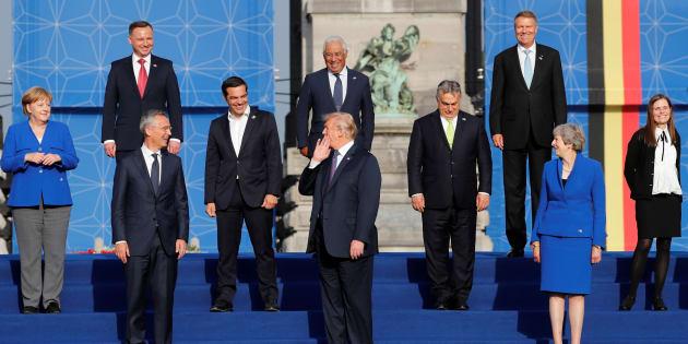 Los líderes de los países que componen la OTAN, posando en el Parque del Cincuentenario de Bruselas, con Trump en el centro haciendo gestos.