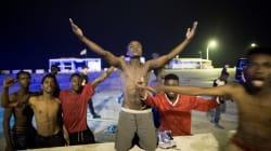 Cansancio, alegría y esperanza: las imágenes de los migrantes que han entrado esta madrugada en
