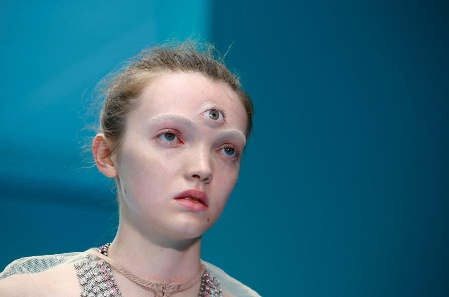 Em desfile em Milão, a Gucci apresentou modelos carregando as suas próprias cabeças.
