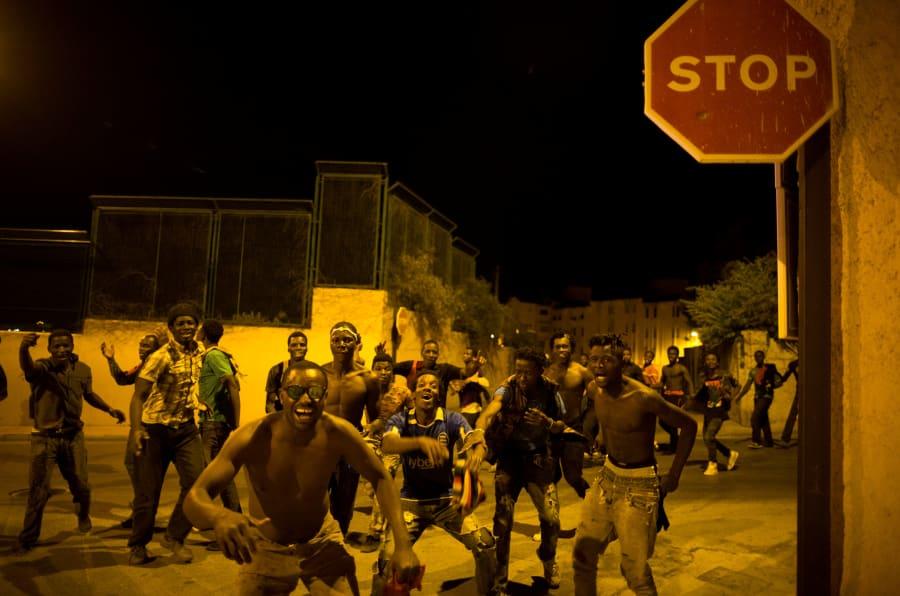 Varios de los migrantes que lograron cruzar, felices una vez en suelo ceutí.