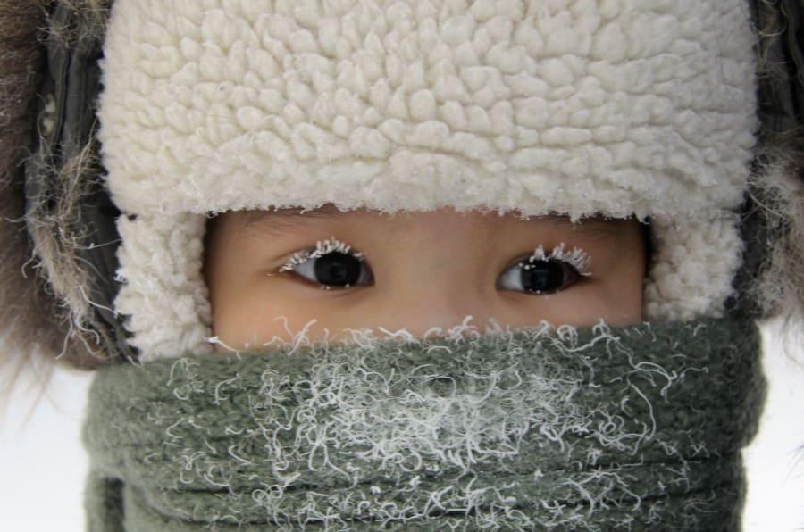 Un niño en la calles de Yakutsk en 2012.