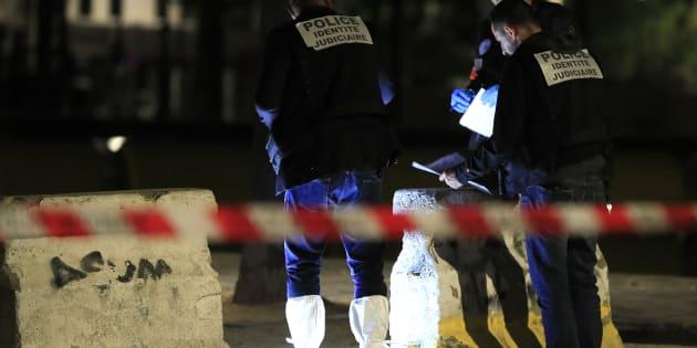 La policía francesa investiga la escena del crimen.
