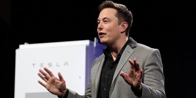 """Tesla va construire une batterie géante capable d'éclairer 30.000 logements. """"Ce système sera trois fois plus puissant que les systèmes existants"""", a déclaré le milliardaire Elon Musk."""