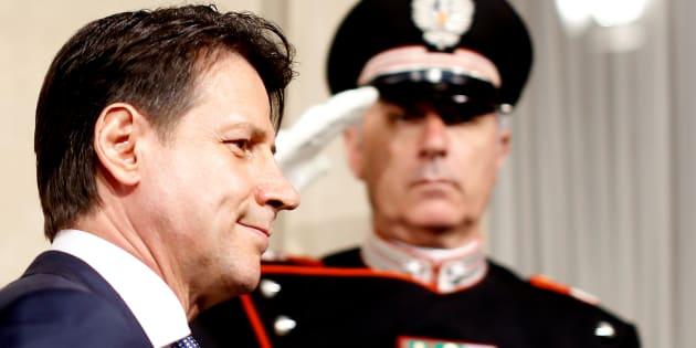 Governo, Mattarella incarica Cottarelli. Scontro Pd-Lega, presidio a Genova