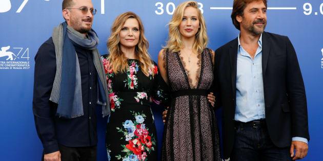 Le réalisateur Darren Aronofsky en compagnie des acteurs Javier Bardem, Jennifer Lawrence et Michelle Pfeiffer lors de la projection de Mère à la Mostra de Venise.