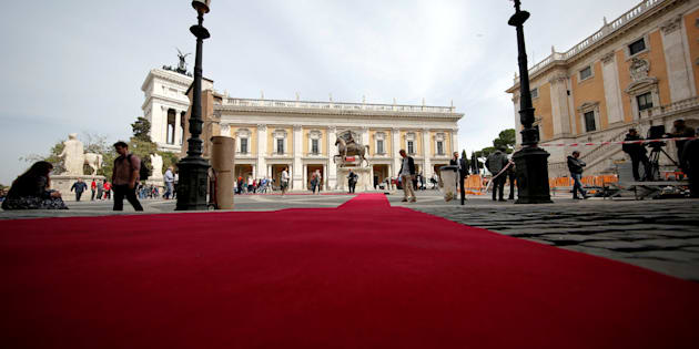 """Workers lay a red carpet in front of the city hall """"Campidoglio"""" (the Capitoline hill) as preparation for the meeting of EU leaders on the 60th anniversary of the Treaty of Rome, in Rome, Italy March 24, 2017. REUTERS/Alessandro Bianchi"""