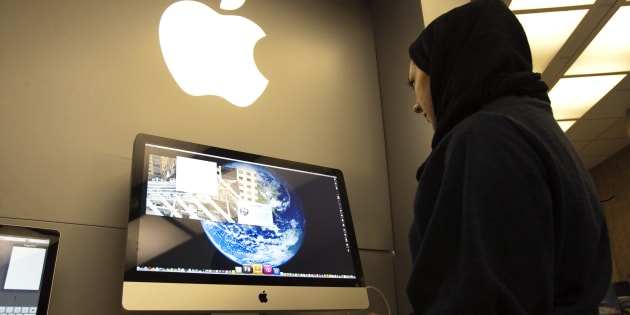 A woman uses an iMac computer in a shop at a mobile and computer shopping complex in northern Tehran January 18, 2011. Apple has no official presence in Iran, but many Iranians purchase Apple products within the country.