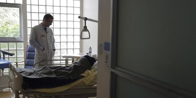 Le docteur Stephane Mercier, chef de l'unité de soins pallaitifs à l'hôpital Paul-Brousse de Villejuif en mars 2015.REUTERS/Philippe Wojazer  (FRANCE - Tags: SOCIETY POLITICS HEALTH)
