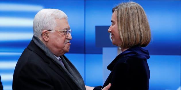 La jefa de la diplomacia europea, Federica Mogherini, y el presidente de Palestina, Mahmud Abbas, se abrazan