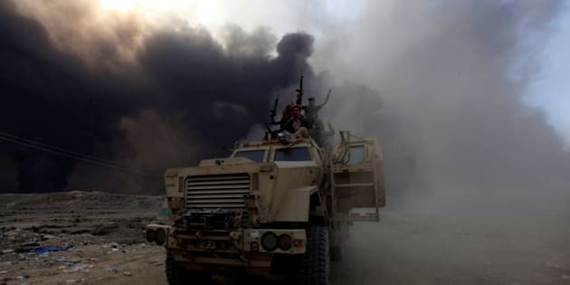 Iraqi army personnel ride on a military vehicle in Qayyarah, during an operation to attack Islamic State militants in Mosul, Iraq, October 19, 2016. REUTERS/Alaa Al-Marjani      TPX IMAGES OF THE DAY