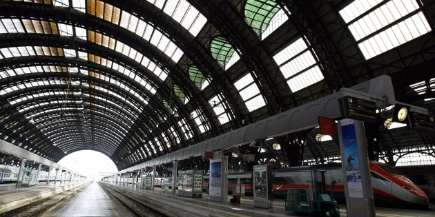 A view of the Centrale railway station is pictured in Milan April 19, 2010. REUTERS/Alessandro Garofalo (ITALY - Tags: TRANSPORT)