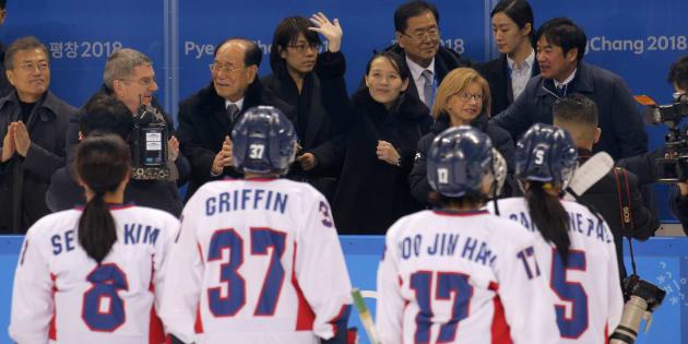 El equipo unificado de Corea después del partido de hockey, junto a la hermana de Kim Jong Un, Kim Yo Jong, el 10 de febrero de 2018.