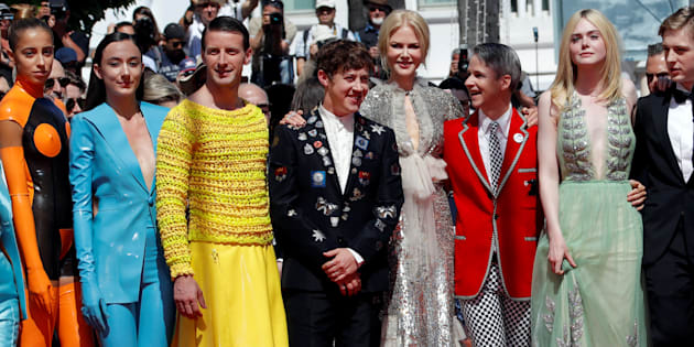 Elenco de 'How to talk to girls at parties' se reúne durante cerimônia de exibição do filme no Festival de Cannes.