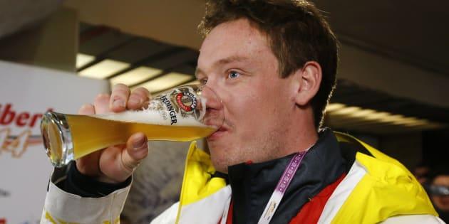 L'allemand Felix Loch buvant une bière après sa victoire en simple hommes à la luge lors des Jeux olympiques d'hiver de Sotchi en 2014.