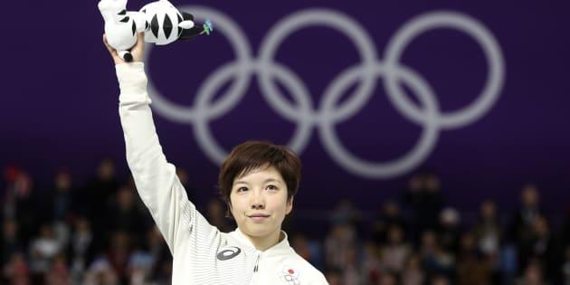 スピードスケート女子500メートルで優勝して、平昌オリンピックのマスコットを掲げる小平奈緒。