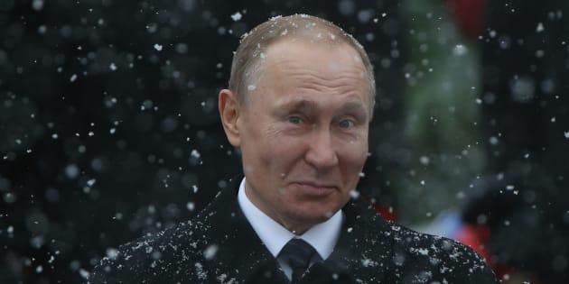 El presidente ruso Vladimir Putin ¿sonríe? tras una ceremonia ante la Tumba del Soldado Desconocido de Moscú, en febrero de 2017.