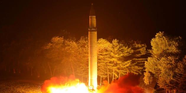 Un misil balístico intercontinental Hwasong-14 is, fotografiado en un ensayo. La imagen fue difundida el sábado por la KCNA.