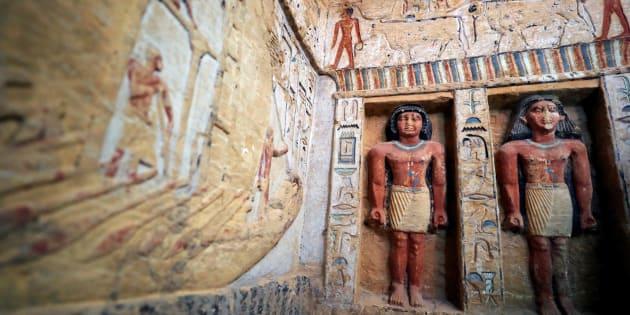 Scoperta in Egitto una tomba intatta dopo 4.400 anni decorata con geroglifici e statue