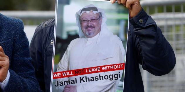 Un manifestant tient une photo de Jamal Khashoggi dlors d'une manifestation devant le consulat d'Arabie Saoudite en Turquie le 5 octobre.