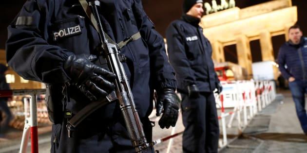 Des policiers allemands devant la porte de Brandebourg à Berlin, où un Tunisien suspecté d'être lié à Anis Amri a été arrêté