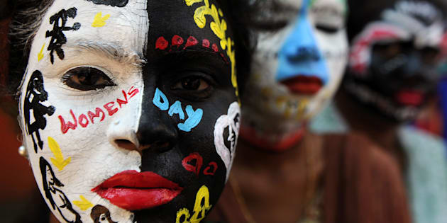 TOPSHOT - Indian students pose with their faces painted at a college in Chennai on March 7, 2017,  ahead of International Women's Day. / AFP PHOTO / ARUN SANKAR
