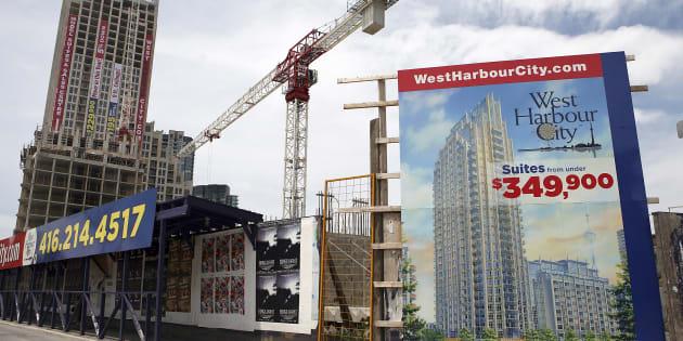 Des condos en construction à Toronto en 2009.