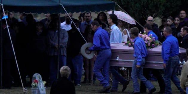 Les cercueils de Richard et Therese Rodriguez arrivant hier au cimetière après que mari et femme fut tués dans la fusillade de la First Baptist Church de Sutherland Springs au Texas.