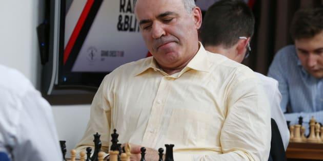 """Garry Kasparov (ici aux États-Unis en août 2017) conseille au journaliste faussement mort Arkadi Babtchenko de """"fact-checker ses nécrologies""""."""