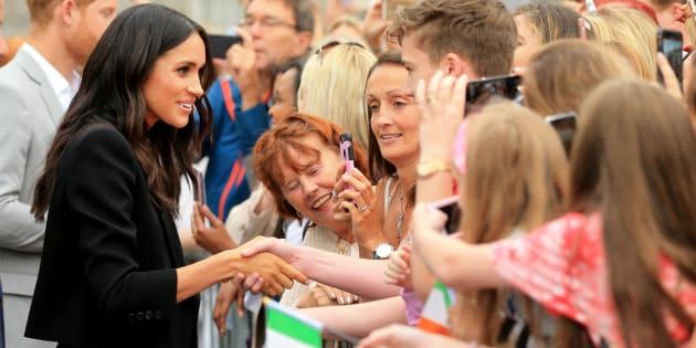 Le duc et la duchesse de Sussex prennent le temps de saluer les citoyens irlandais lors de leurs déplacements.