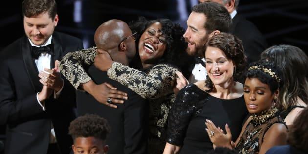 """Joi McMillon et l'équipe de """"Moonlight"""" remportent l'Oscar du meilleur film."""