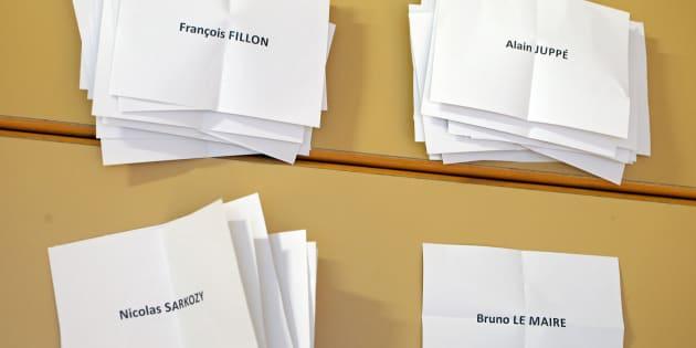 Des bulletins dépouillés, au soir du premier tour de la primaire de la droite et du centre, le 20 novembre. REUTERS/Vincent Kessler