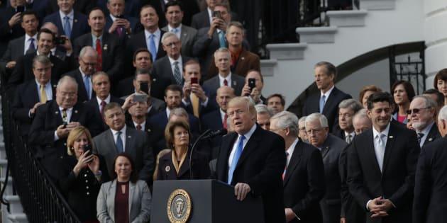 El presidente de EEUU, Donald Trump, celebrando en la Casa Blanca con los congresistas republicanos la aprobación de la reforma fiscal.