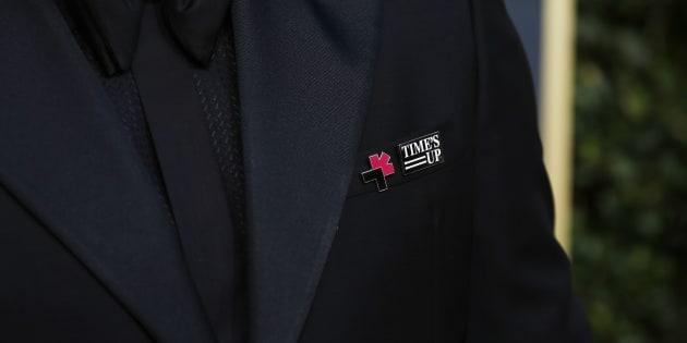 """Aux Grammy Awards, après les pin's """"Times Up"""", des roses blanches contre le harcèlement sexuel."""