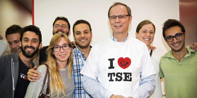 """Le prix Nobel français Jean Tirole avec ses étudiants de la """"Toulouse School of Economics""""."""