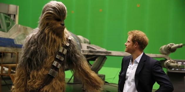 El príncipe Enrique durante una visita al set de rodaje de 'Star Wars'.