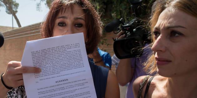 Juana Rivas muestra la decisión provisional del juez de Granada, que le permite estar libre y con sus hijos.