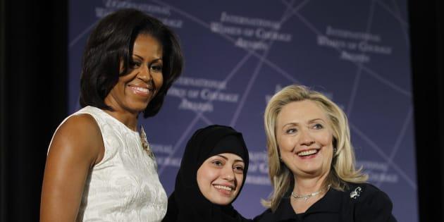 Michelle Obama et Hillary Clinton félicitent Samer Badawi, lauréate du Prix international de la femme de courage en 2012.